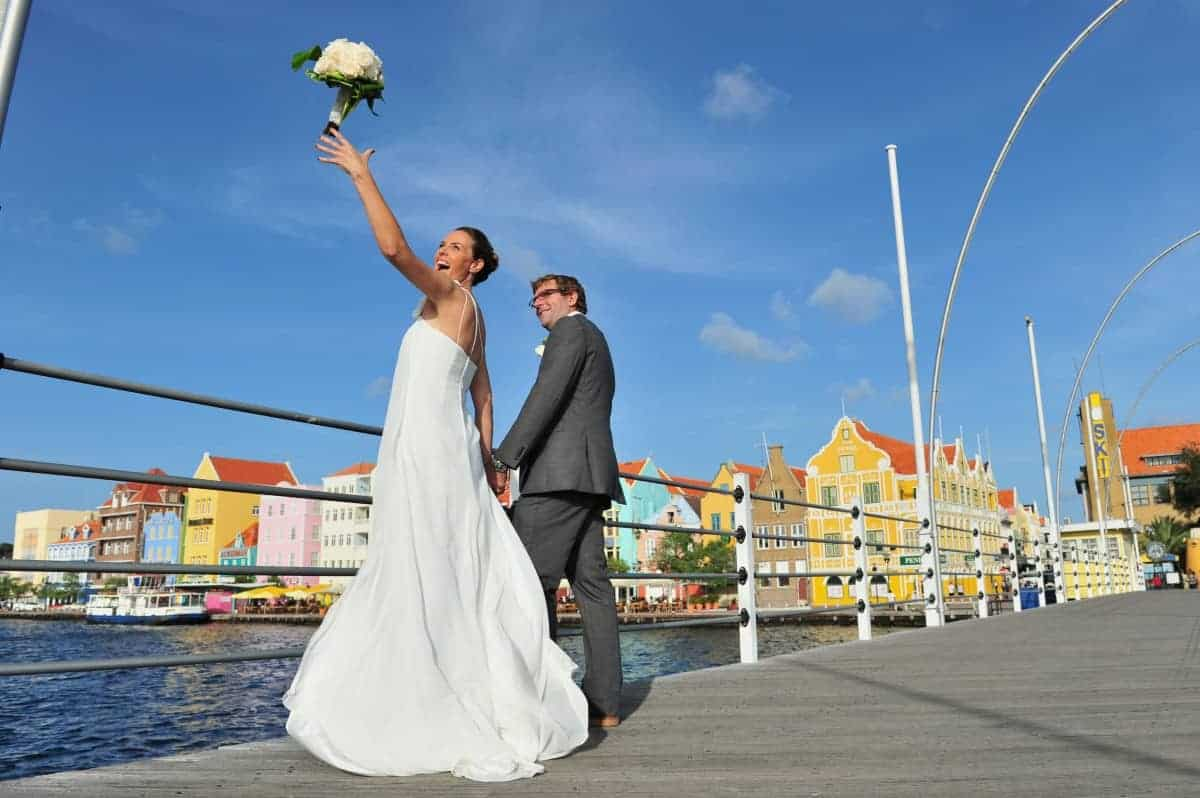 Wedding_married_couple_on_the_Pontjesbrug_bridge_Handelskade_Curaçao (01)